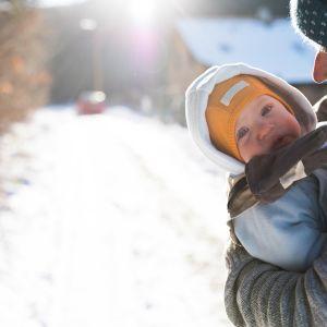 isä ja lapsi talvisella tiellä
