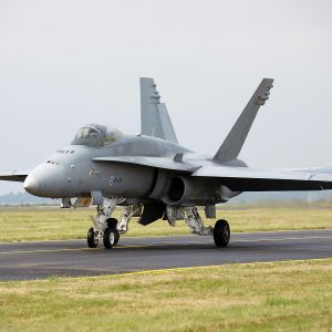 F/A 18 Hornet lentokentällä.