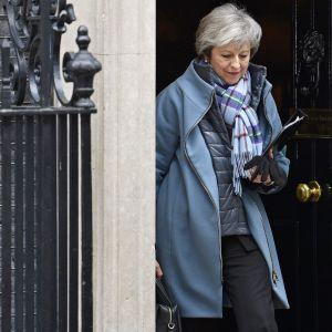 Theresa May astuu ulos virka-asunnostaan.