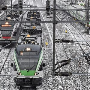 Junaliikennettä ratapihalla Helsingissä