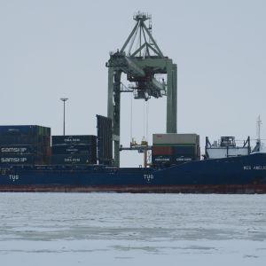 Rahtilaivaa lastataan Mussalon satamassa