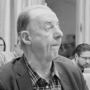 Entinen kansanedustaja Veijo Puhjo (vas.) mustavalkokuvassa, Puhjo Porin kaupunginvaltuustossa 28.1.2019.