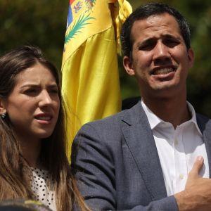 Guaidó pitää puhetta. Taustalla näkyy väkijoukkoa ja Venezuelan lippu.