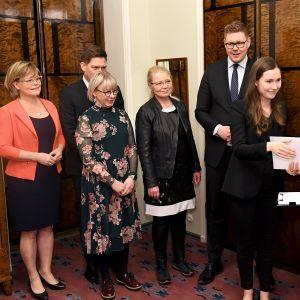 Oppositiopuolueet jättivät välikysymyksen vanhustenhoidon tilasta eduskunnan lainsäädäntöjohtaja Tuula Kulomäelle (oik) Helsingissä perjantaina 1. helmikuuta