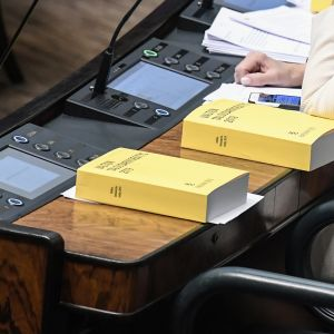 Budjettikirjoja eduskunnan täysistunnossa.