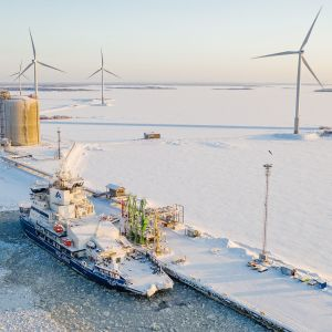 Jäänmurtaja Polaris tankkaa LNGtä Tornion Röyttässä