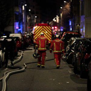 Palomiehiä kadulla Pariisissa.