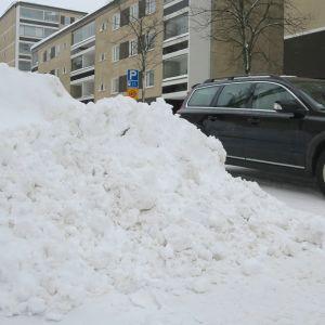 Lumikasa Hämeenlinnan Rauhankadulla, taustalla henkilöauto