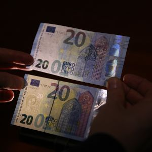 20 euron setelit joissa toisessa näkyy vesileima.