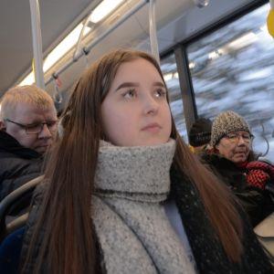 Lukiolainen Janette Airaksinen istuu bussissa matkalla kotiin.