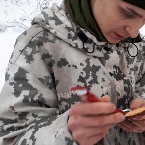 Alokas Totti Jämsen levittää pasteijaa leivälleen.