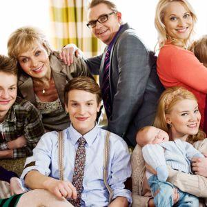Uusi päivä -sarjan henkilöitä ryhmäkuvassa.