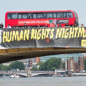 Amnestyn Trumpin vastainen banneri Vauxhallin sillalla Lontoossa 12. heinäkuuta 2018.