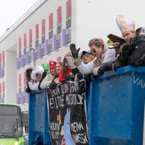 Abiturientteja kuorma-auton lavalla Vapaudenkadulla, Jyväskylässä.