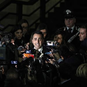 Italian varapääministeri Luigi Di Maio toimittajien ympäröimänä.