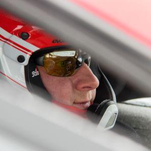 Janne Tuohino valmistautuu Ruotsin ralliin Oulussa.