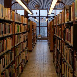 Kirjahyllyjä kirjastossa