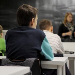 Opettaja opettaa oppilaita kahdeksasluokkalaisten yhdistetyllä uskonnon ja elämänkatsomustiedon tunnilla.