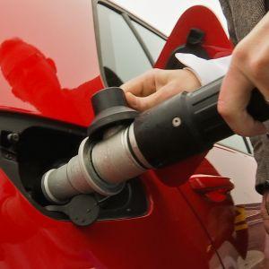 Kaasuauton (VW Golf) tankkaus, lähikuva