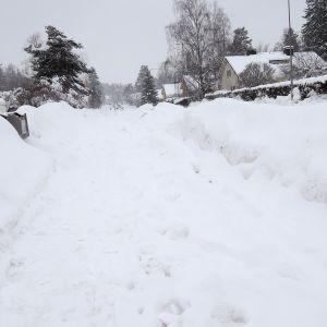Heinlammintien viereinen jalkakäytävä lumen peitossa.