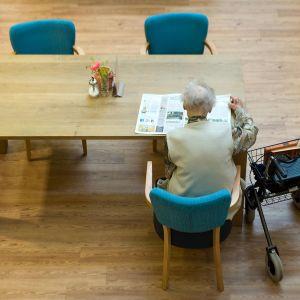 vanhus lukee lehteä