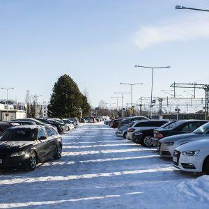 Kokkolan rautatieaseman parkkipaikka.