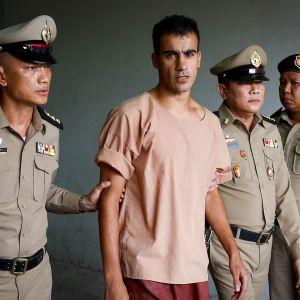 Jalkapalloilija Hakeem Al-Araibi suuntasi suoraa lentokentälle vapauduttuaan vankeudesta Thaimaassa. Kuva helmikuun alussa pidetystä oikeusistunnosta.