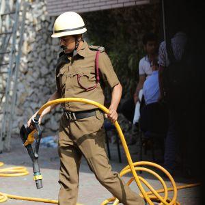 Tulipalot ovat yleisiä tiheään asutuissa Intian kaupungeissa, joissa paloturvallisuus on heikkoa. Tässä sammutetaan hotellin paloa Kalkutassa maaliskuussa 2017.