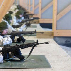 Varusmiehet ampumaradalla harjoittelemassa makuuammuntaa