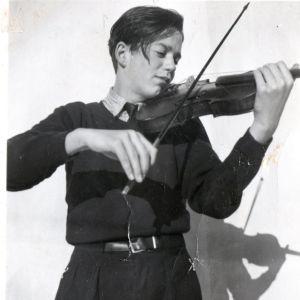 Nuori poika soittaa viulua