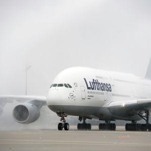 Lufthansan  Airbus A380 -jumbojetti München lentokentällä