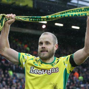 Teemu Pukki juhlii Norwichin huivi käsissään.