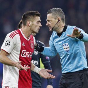 Ajaxin Dusan Tadic väittelee erotuomari Damir Skominan kanssa.