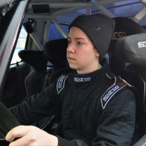 Rallikuski Niklas Heino autonsa sisällä.