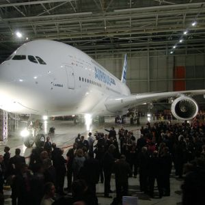 Vierasjoukkoa Airbus A380-koneen ympärillä ensiesittelytilaisuudessa.