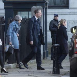 Pääministeri Theresa May ei ollut parlamentissa kuulemassa brexit-esitysten käsittelyä. Tässä pääministeri poistuu virka-asunnoltaan torstaina.