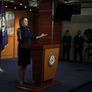 Nancy Pelosi puhuu lehdistölle kongressissa.