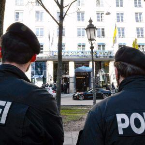 Poliisit partioivat kokouspaikan edustalla Münchenissä.