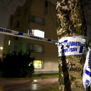 Poliisin eristysnauha - Helsingin poliisin mukaan Käpylässä Käpyläntien ja Koskelantien risteyksen lähellä syttyi maanantai-iltana 10. joulukuuta 2018 kerrostalossa räjähdysmäinen tulipalo, johon liittyen poliisilla on operaatio meneillään.