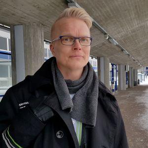 konduktööri Juha Järvinen asemalaiturilla