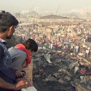 miehet katsovat palon tuhoja