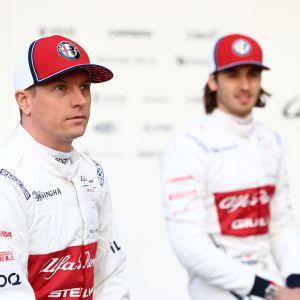 Kimi Räikkönen ja tallitoveri Antonio Giovinazzi taustalla.