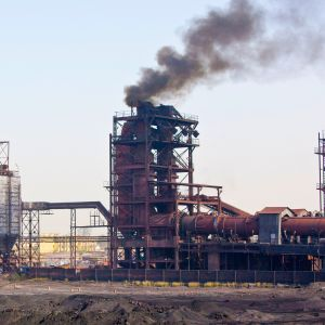 Hiilivoimala Uttar Pradeshissa Intiassa.