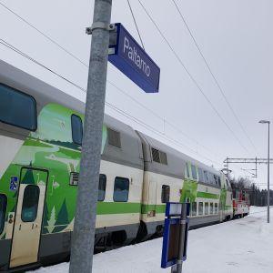 Juna seisoo Paltamon asemalla.
