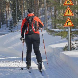 Nainen hiihtämässä.