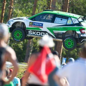 Kalle Rovanperä loikkaa Jyväskylän MM-rallin Power Stagella Ruuhimäessä 2018.