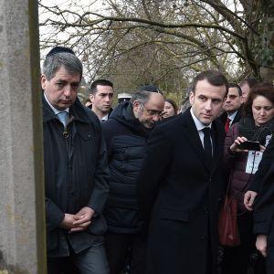 Presidentti Emmanuel Macron vieraili Quatzenheimin hautausmaalla, jossa kymmeniä hautakiviä oli tärvelty hakaristein.
