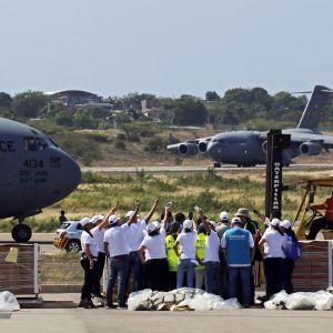Yhdysvallat on toimittanut kymmeniä tonneja hätäapua Venezuelan rajalle. Yhdysvaltain ilmavoimien kone toimitti avustustarvikkeita Cucutan lentokentälle lauantaina 16.2.2019.