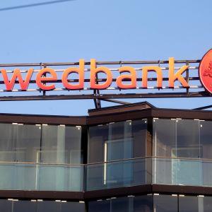 Swedbankin logo talon katolla Tallinnassa.