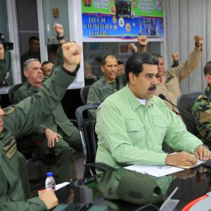 Venezuelan presidentti Nicolas Maduro ilmoitti keskiviikkona, että Venezuela tekee Venäjän kanssa parikymmentä yhteistyösopimusta.  Maduro ja Venezuelan armeijan henkilöstöä Caracasissa helmikuussa.
